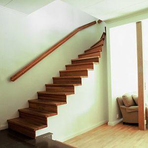 Bilden visar en trappa av L-typ, med övre sväng och täta steg helt i oljad ek.