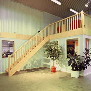 Bilden visar en trappa av R-typ med öppna trappsteg, tillverkad helt i klarlackad björk.